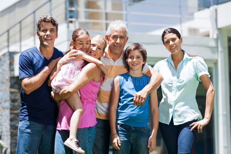 Familie in groot huis royalty-vrije stock afbeeldingen