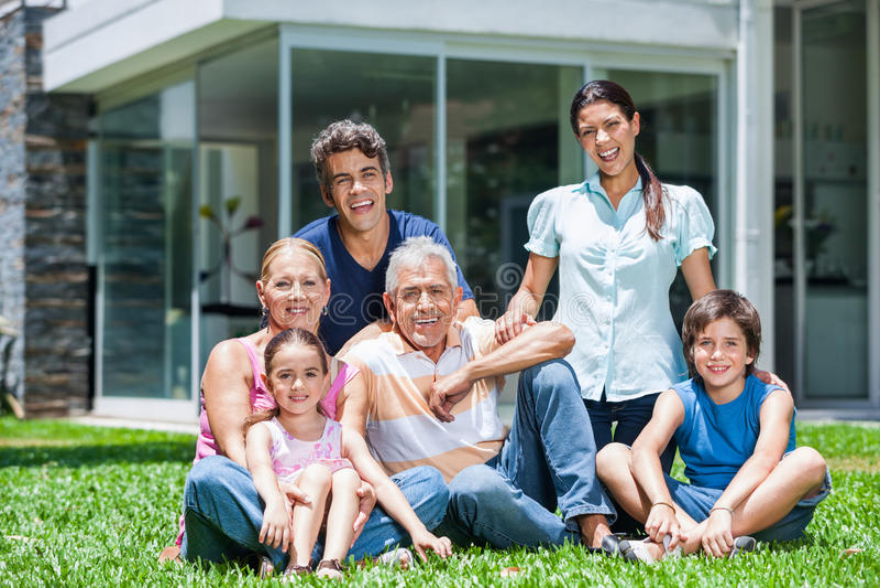 Familie in groot huis royalty-vrije stock foto