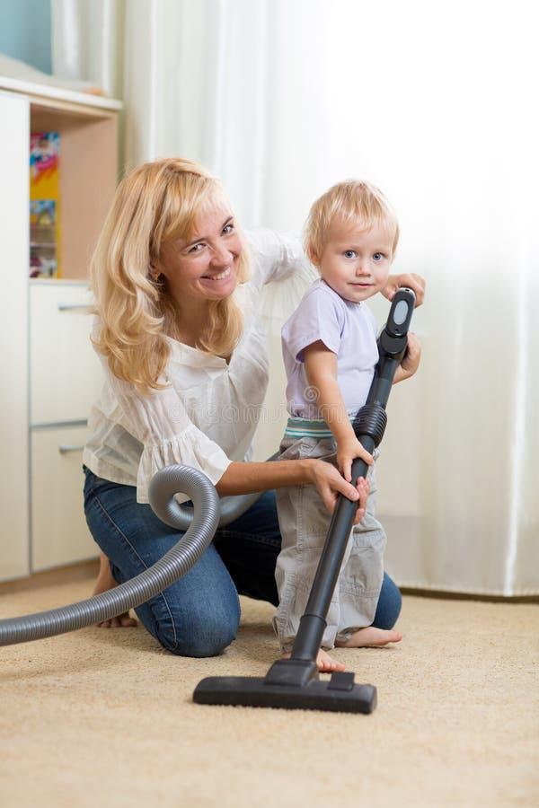 Familie haben Spaß mit Reinigungsauslegen mit teppich - stockbilder