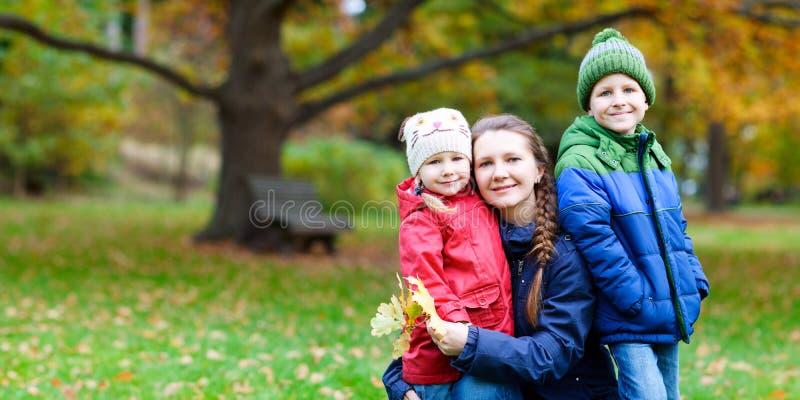 Familie am Herbstpark stockfotos