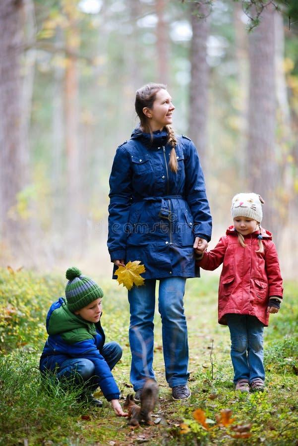 Familie am Herbstpark lizenzfreie stockfotos