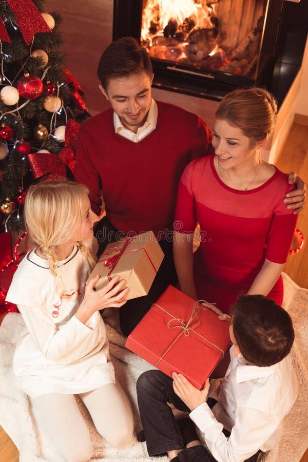 Familie het besteden Kerstmisvooravond royalty-vrije stock foto's