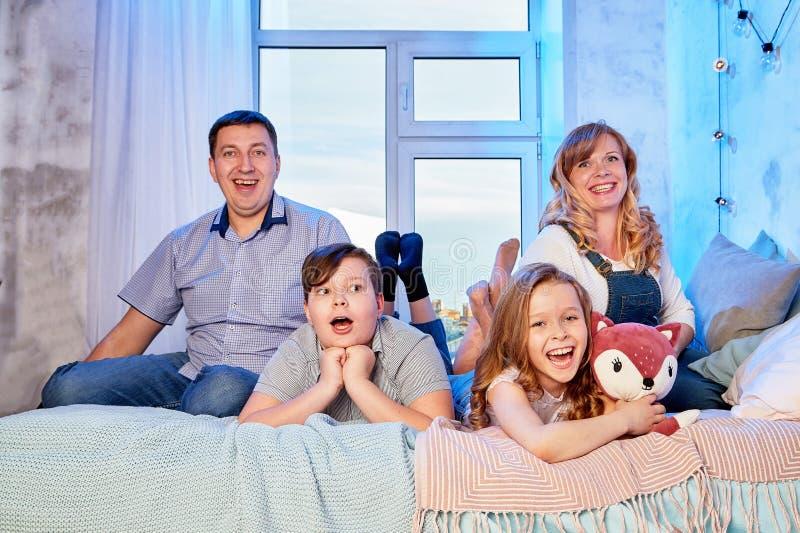 Familie het besteden tijd samen thuis in bedruimte stock fotografie