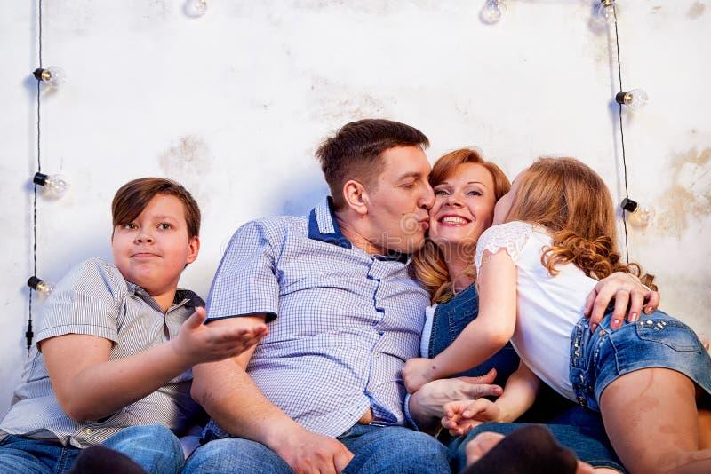 Familie het besteden tijd samen thuis in bedruimte stock foto