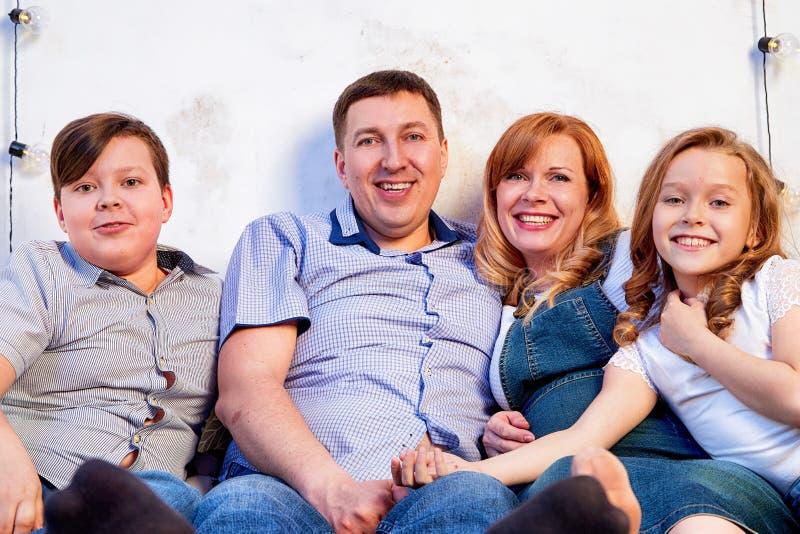 Familie het besteden tijd samen thuis in bedruimte stock afbeelding