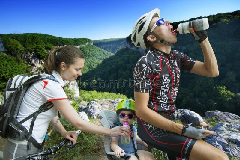 Familie het cirkelen vakantie in de bergen royalty-vrije stock afbeelding