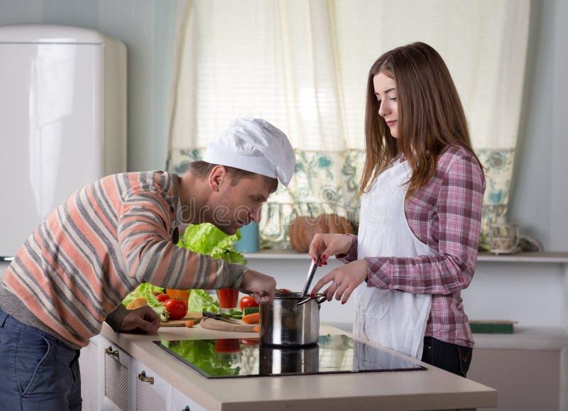 Familie het koken Diner thuis Binnenland stock foto's