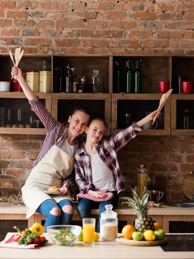 Familie het koken het houden van de gezondheid van het verhoudingsvoedsel stock afbeelding