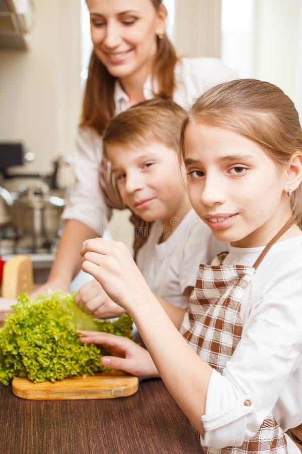 Familie het koken Mum en kinderen in de keuken royalty-vrije stock fotografie