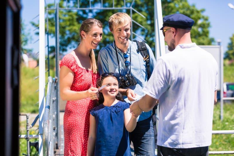 Familie het kopen kaartjes voor riviercruise van boatman stock foto