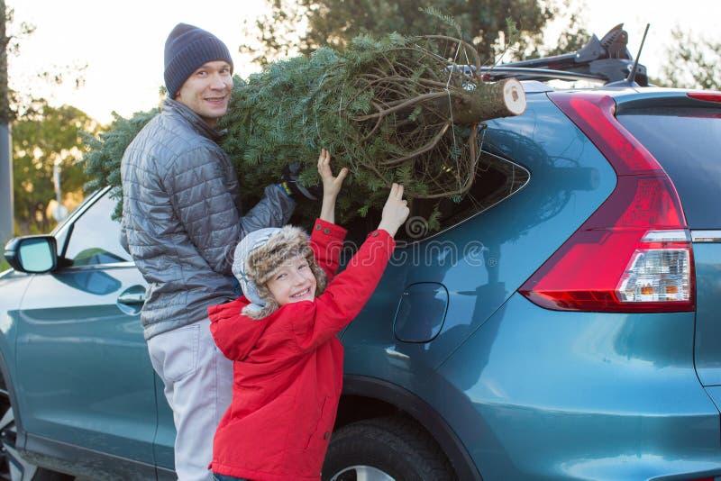 Familie het kopen Kerstmisboom stock fotografie
