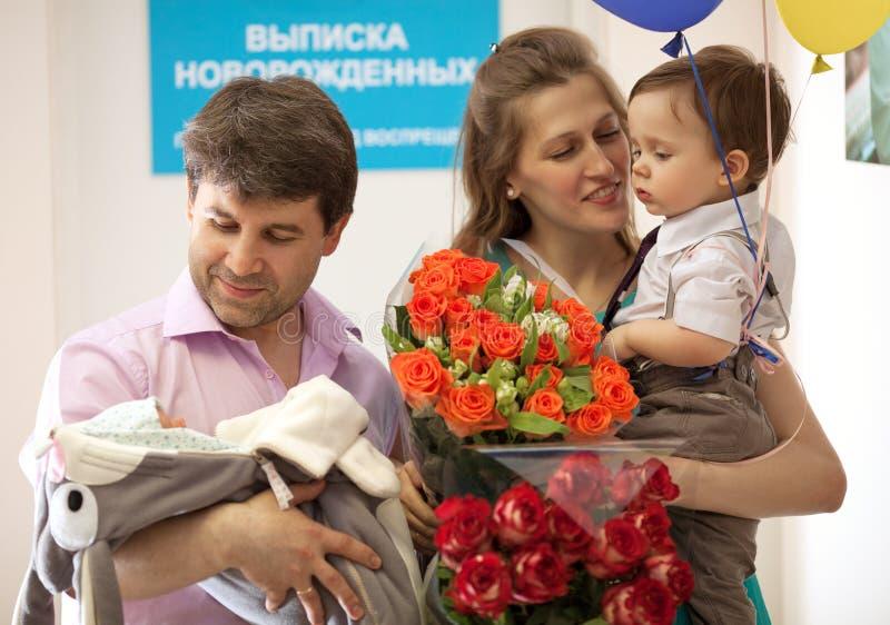 Familie in het moederschapsziekenhuis met pasgeboren royalty-vrije stock fotografie