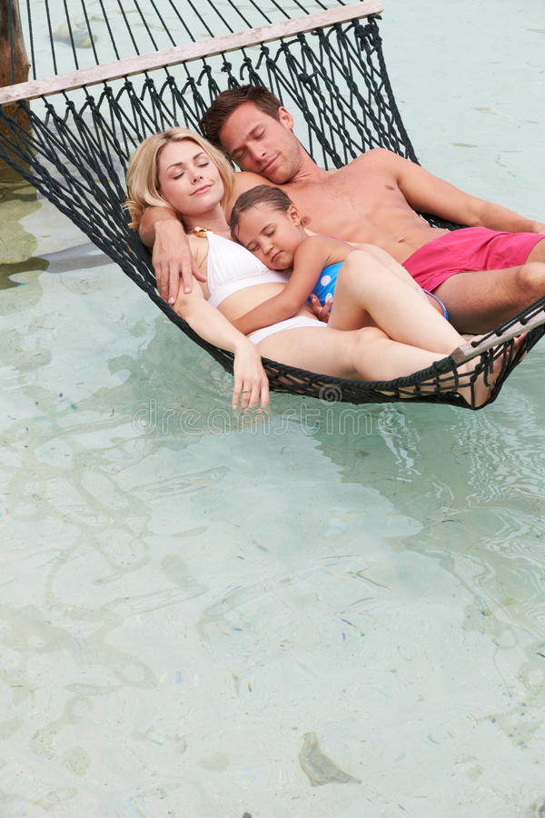 Familie het Ontspannen in Strandhangmat stock foto