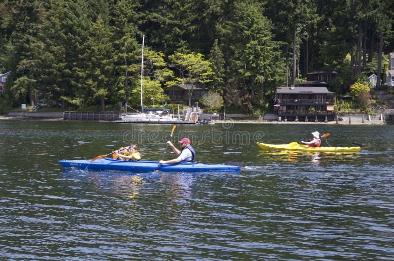Familie het overzeese kayaking stock foto