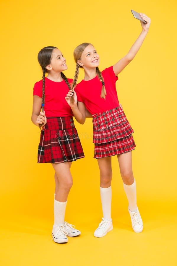 Familie het plakken zusterschap en vriendschap gelukkige kennisdag Kinderjarengeluk Het concept van het onderwijs Terug naar Scho stock afbeeldingen