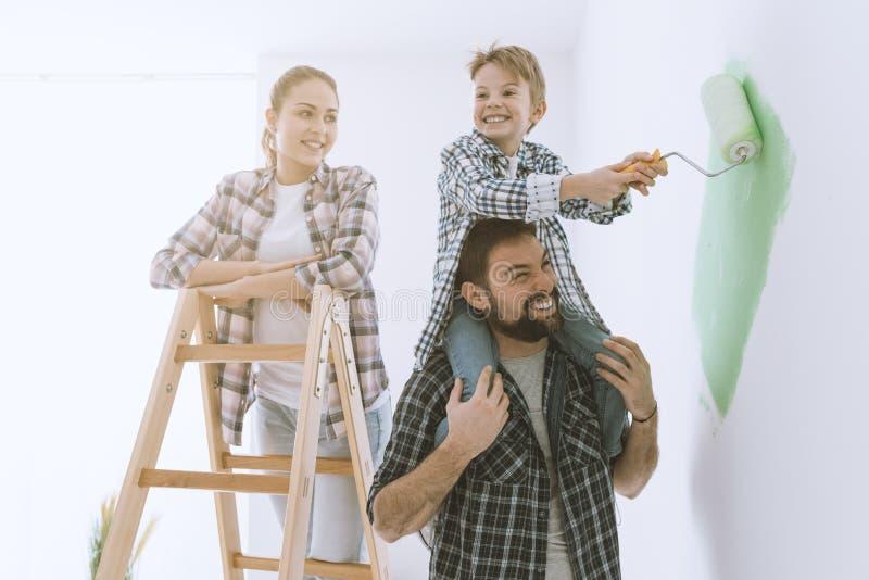 Familie het schilderen muren samen stock afbeeldingen