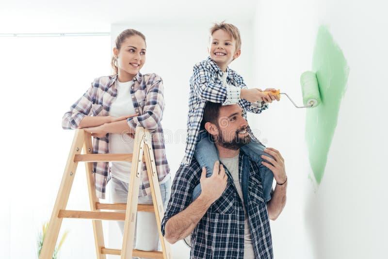 Familie het schilderen muren samen royalty-vrije stock foto's
