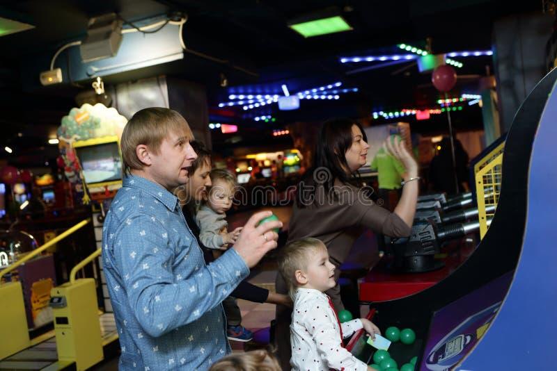 Familie het spelen bij een pretpark stock foto