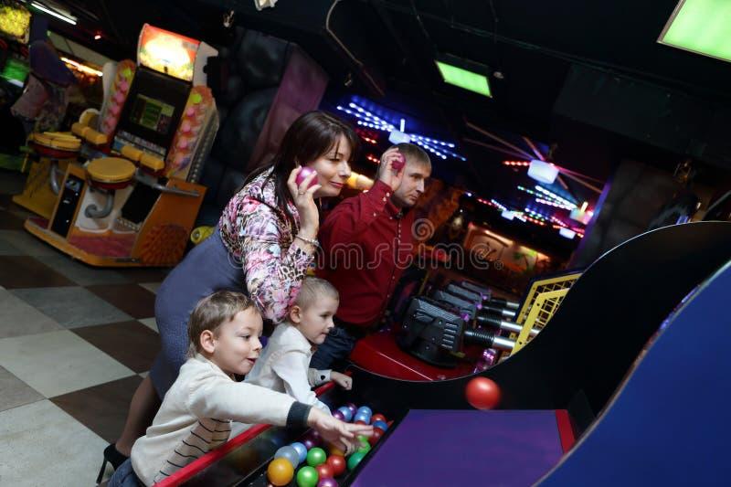 Familie het spelen bij pretpark stock foto