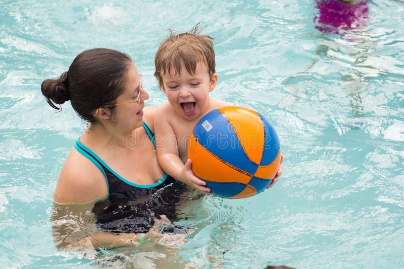 Familie het spelen in de pool stock foto's