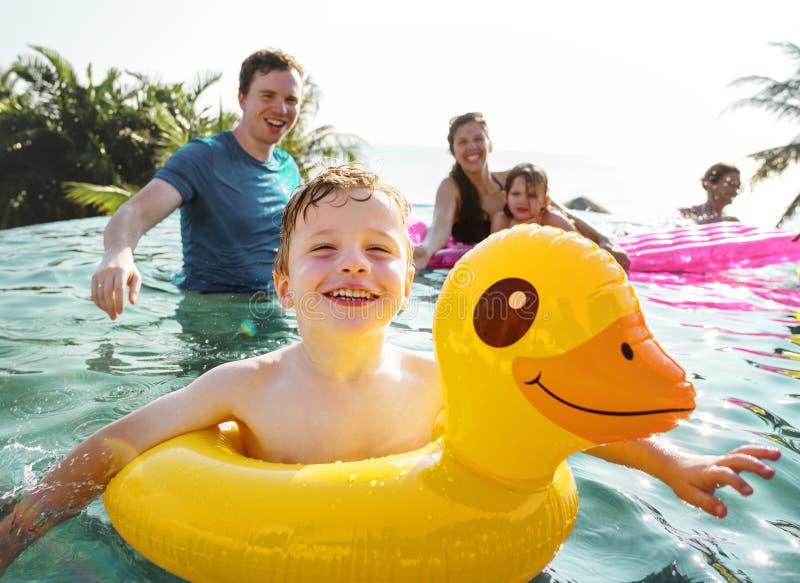 Familie het spelen in een pool royalty-vrije stock foto's