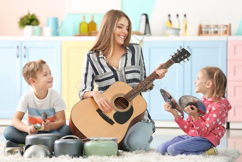 Familie het spelen met keukengerei als muzikale band stock afbeelding