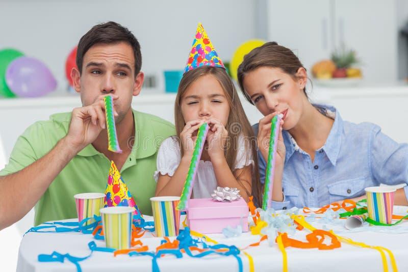 Familie het spelen met partijhoornen royalty-vrije stock foto