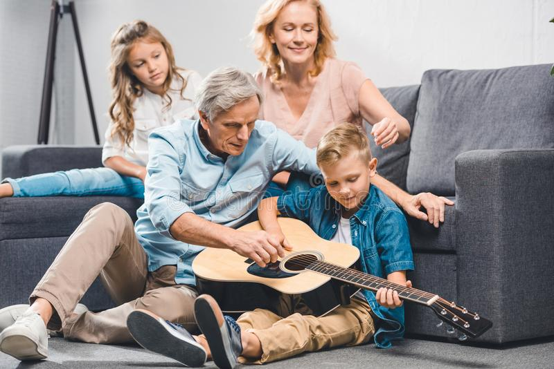 Familie het spelen op gitaar stock afbeelding