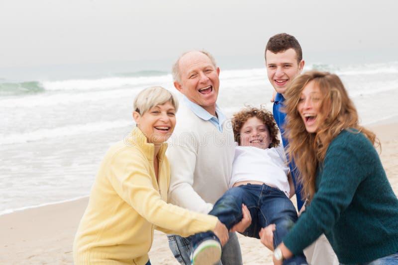 Familie het stellen op strandachtergrond royalty-vrije stock foto