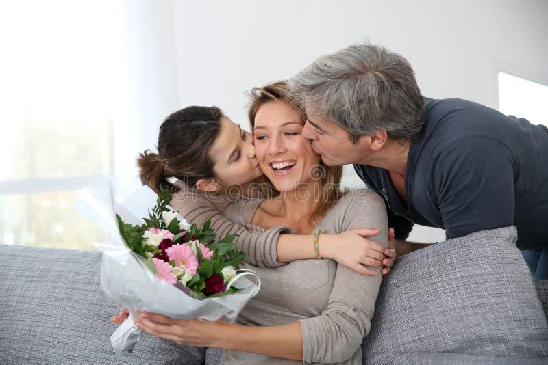Familie het vieren de dag van de moeder royalty-vrije stock foto