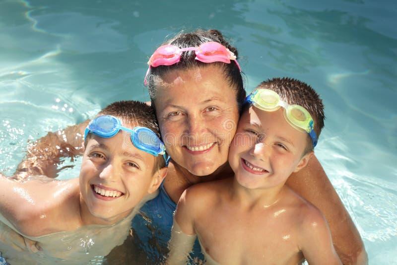 Familie in het water royalty-vrije stock afbeelding