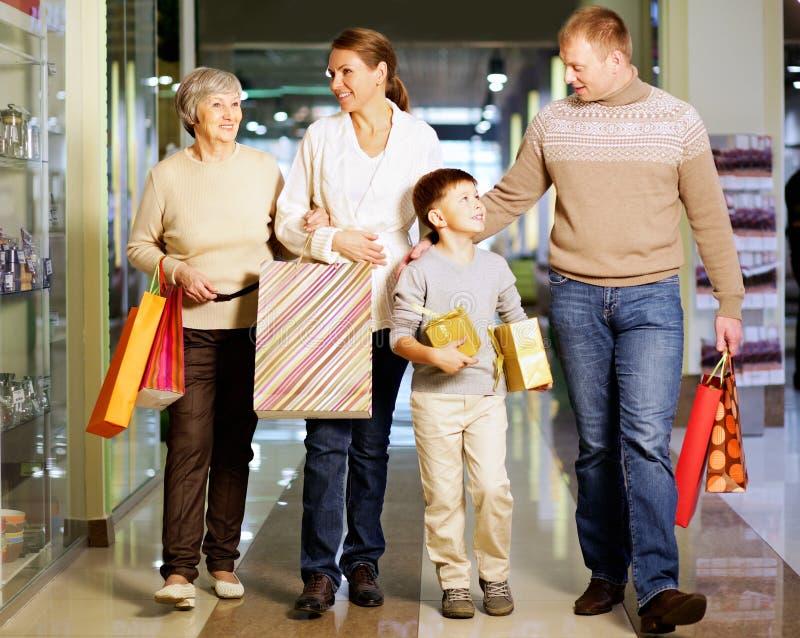 Familie het winkelen stock foto's