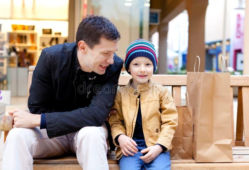 Familie het winkelen stock fotografie