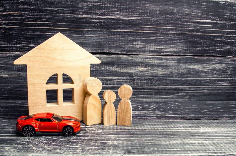 Familie, Holzhausmodell und Auto kaufen und verkaufend oder Autoversicherung Geschäftskonzept getrennt auf Weiß Konzept von Immob lizenzfreie stockfotos