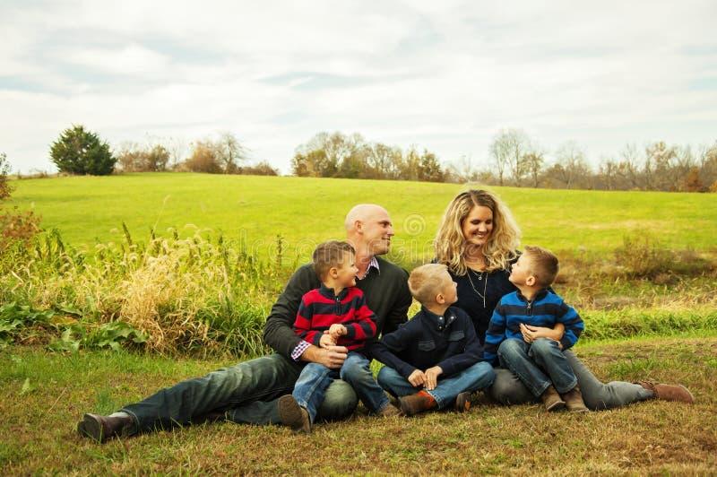 Familie houdende van mama stock fotografie