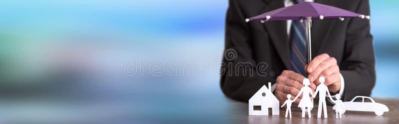 Familie, huis en auto het concept van de beschermingsdekking royalty-vrije stock afbeeldingen