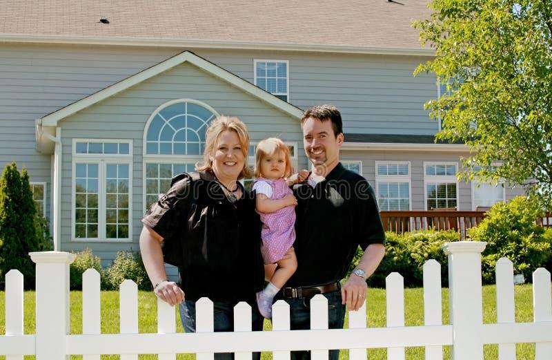 Familie in ihrem Hinterhof lizenzfreie stockfotografie
