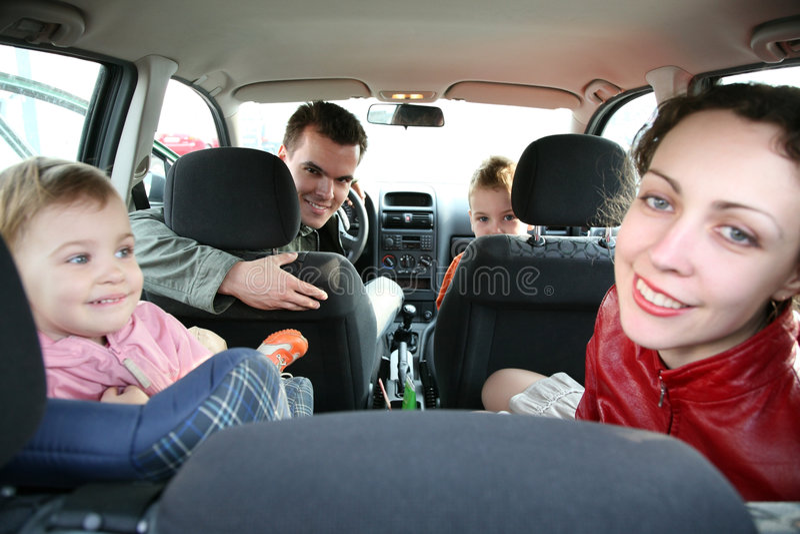 Familie im Auto stockbild