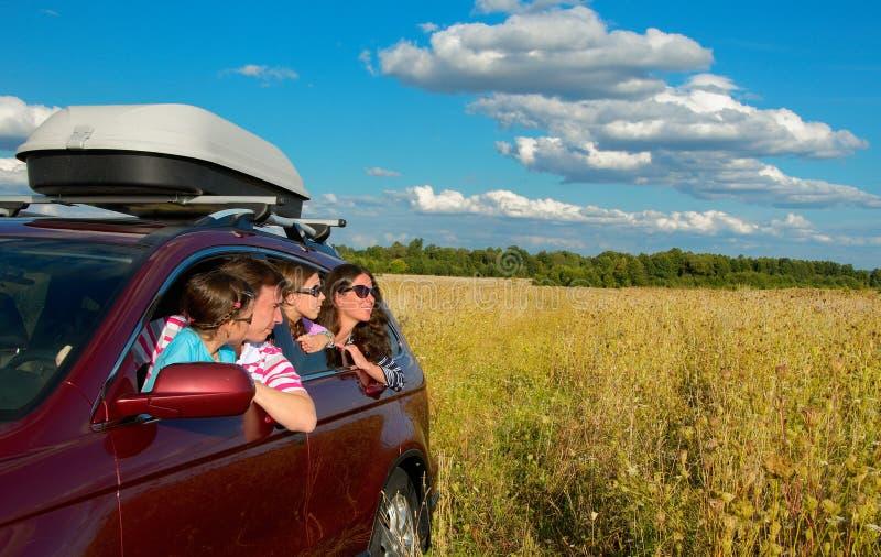 Familie im Auto im Urlaub stockbild