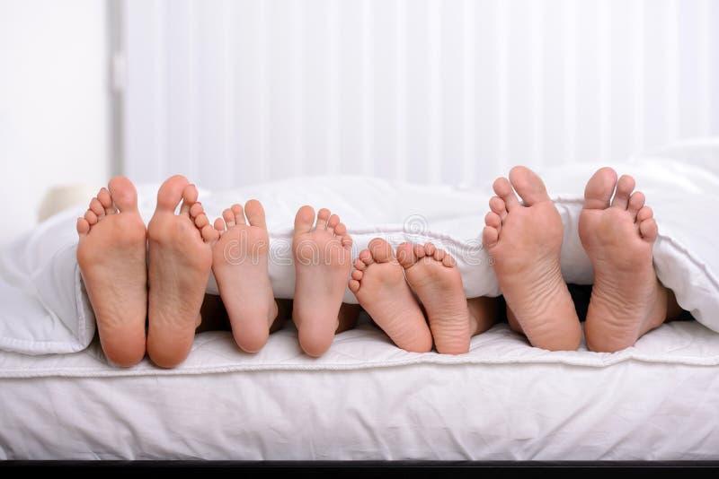 Familie im Bett stockfotos