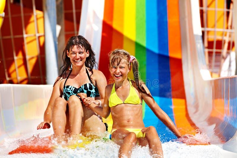 Familie im Bikini, der Wasserpark schiebt stockbild