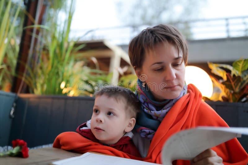 Familie im Café am Abend lizenzfreies stockfoto