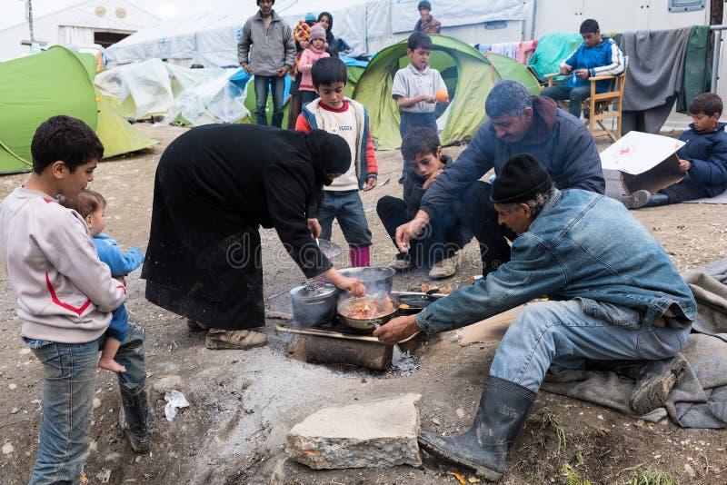 Familie im Flüchtlingslager in Griechenland stockfoto