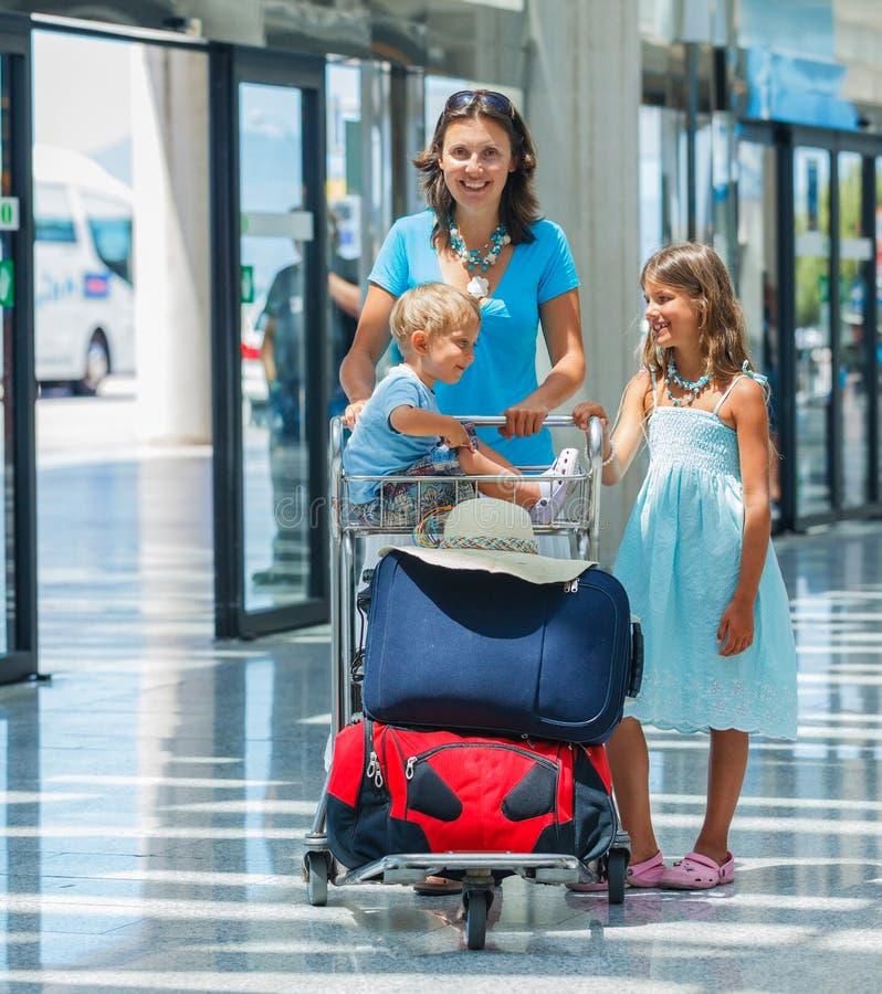 Familie im Flughafen lizenzfreies stockfoto