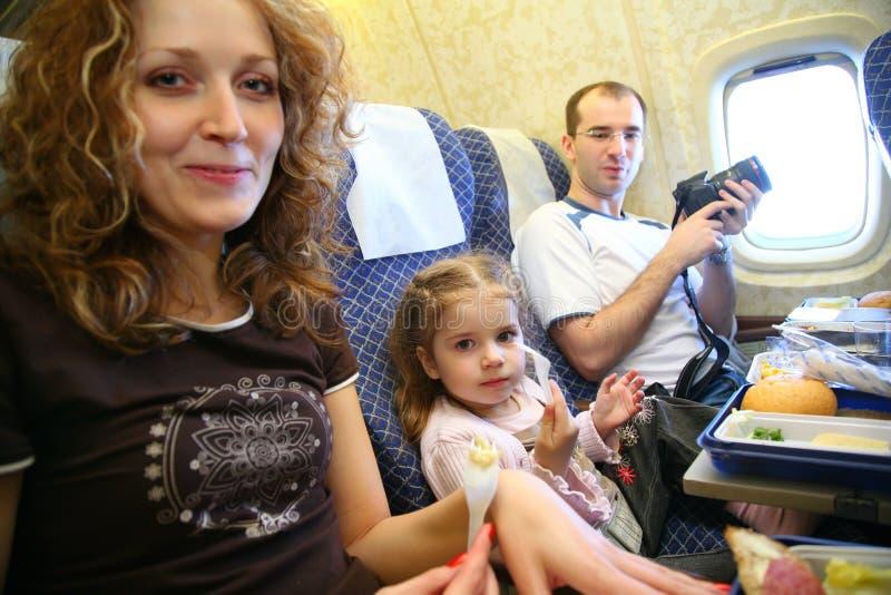 Familie im Flugzeug lizenzfreies stockbild
