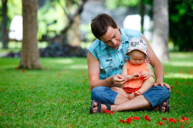 Familie im Freien stockfotografie