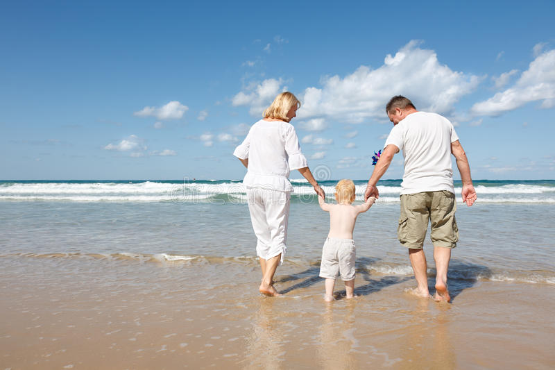 Familie im Mittelmeer stockfoto