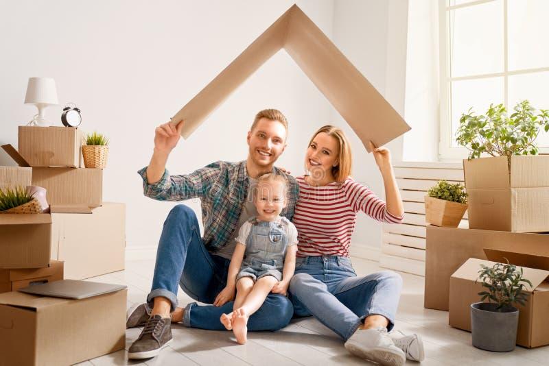 Familie im neuen Haus lizenzfreie stockfotos