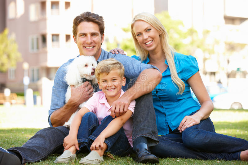 Familie im Park mit Hund lizenzfreie stockbilder