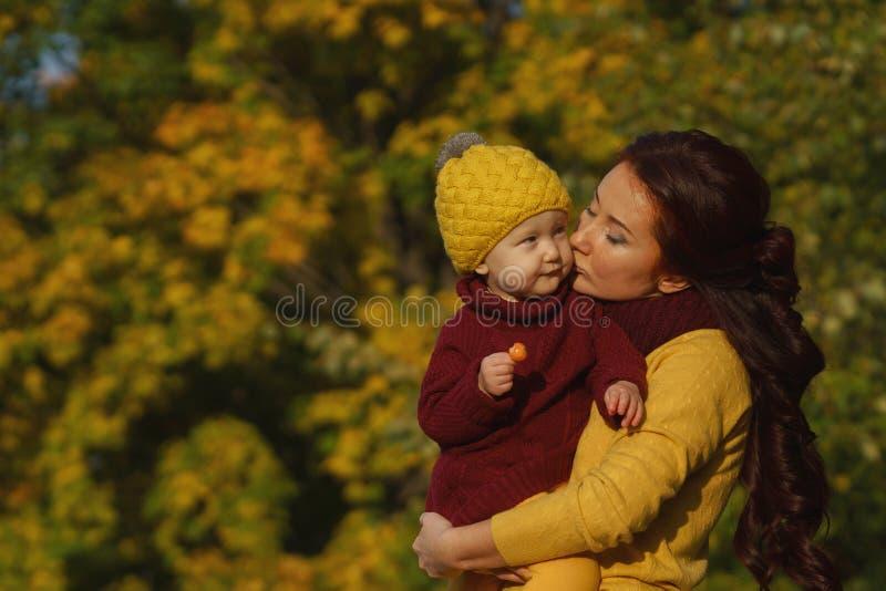Familie im sonnigen Herbstpark stockbild